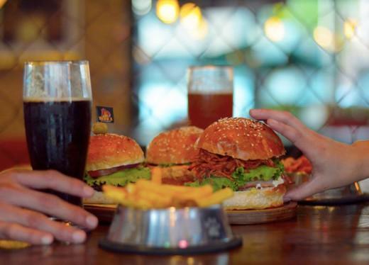 Hamburguesa  + papas + bebida por $99